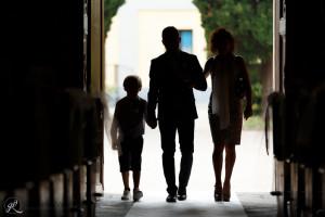 una foto cinematografica dell'ingresso dello sposo