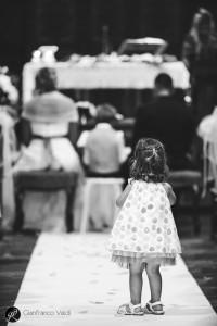 una bambina guarda l'altare