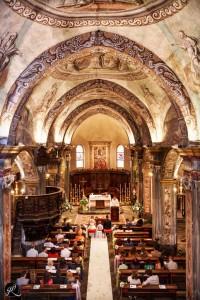 una foto che mostra la volta della chiesa