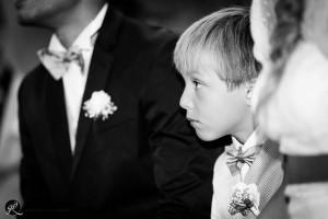 il figlio degli sposi segue la messa