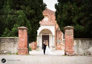la coppia di novelli sposi fotografata sulla soglia della chiesa