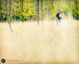 foto di una coppia felice in un campo verde
