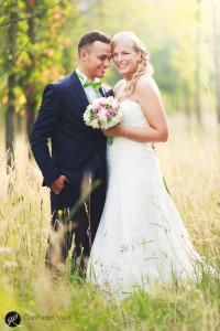 marito e moglie abbracciati fra gli alberi