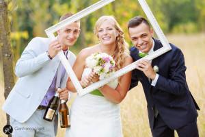la coppia festeggia il proprio matrimonio con gli amici
