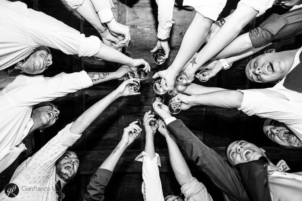 lo sposo brinda al proprio matrimonio insieme agli amici di una vita