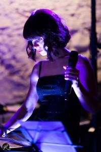 la cantante si concentra prima della sua esibizione alle nozze