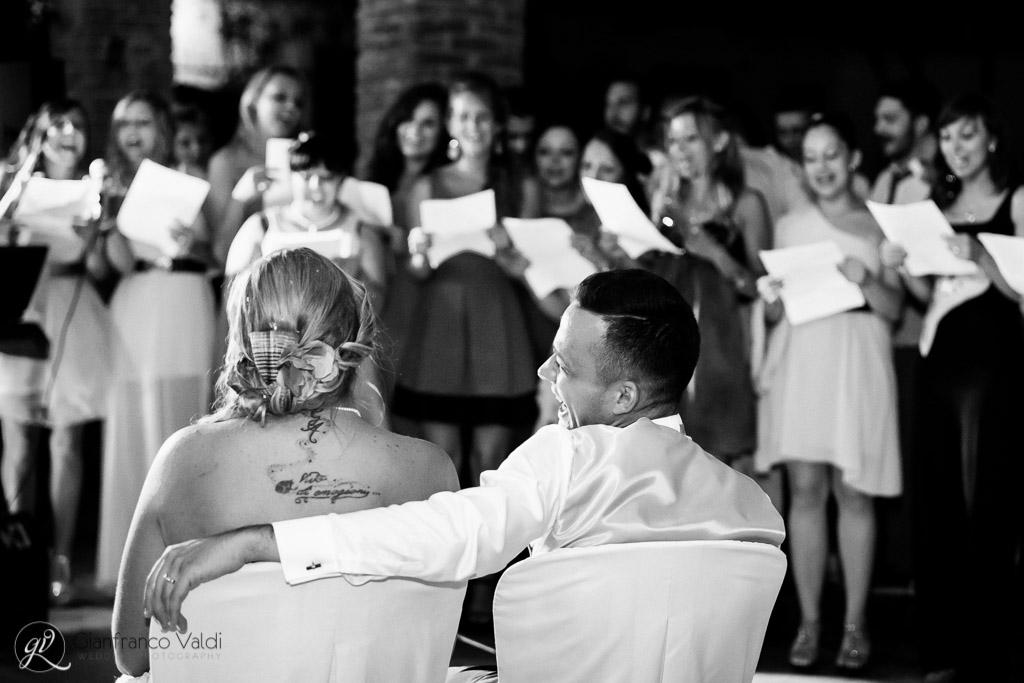 marito e moglie ridono durante la festa di nozze