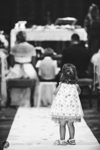 una bambina guarda la celebrazione del matrimonio