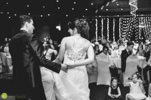 sposi-fotografati-di-spalle-primo-ballo