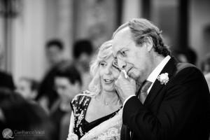 fotografia di due genitori in lacrime durante la messa