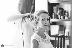la parrucchiera prepara la sposa e le testimoni