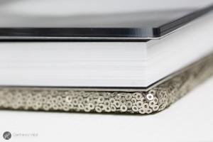 un fotolibro con copertina in plexglass trasparente