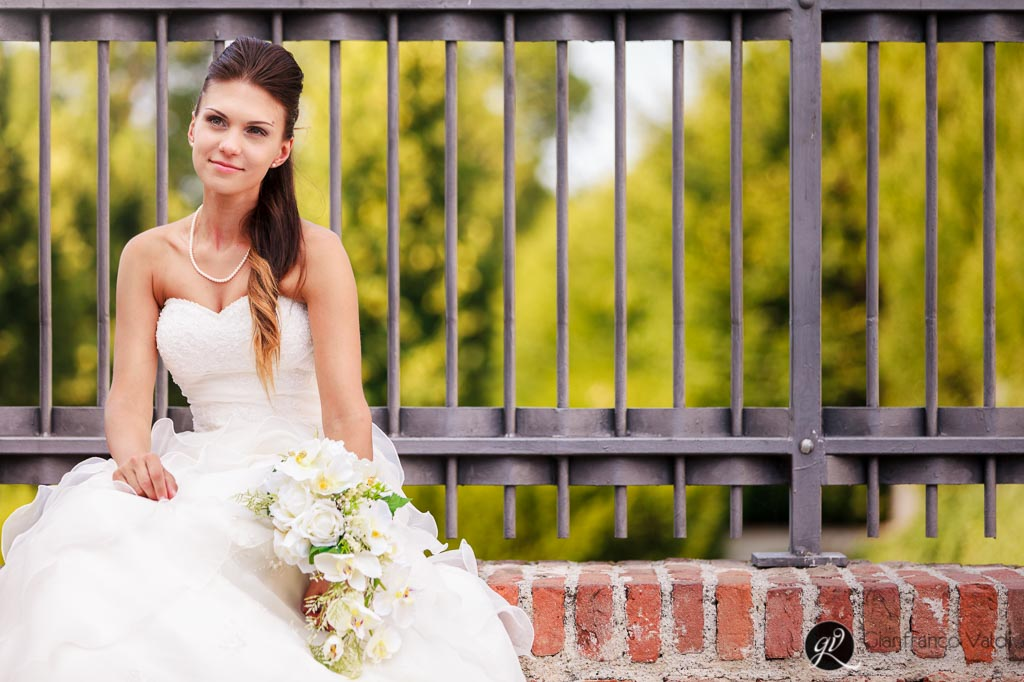 la sposa si siede per riposare dopo il suo matrimonio a verbania