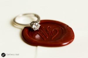 foto dell'anello di fidanzamento e della partecipazione di matrimonio