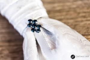 brillanti sulla cravatta dello sposo
