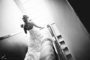 suggestiva fotografia della sposa che scende i gradini in controluce