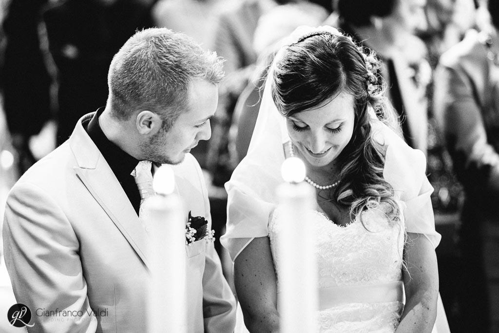 gli sposi tra le candele durante la cerimonia