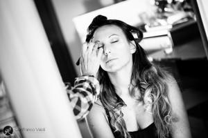 fotografo spia la sposa che si trucca