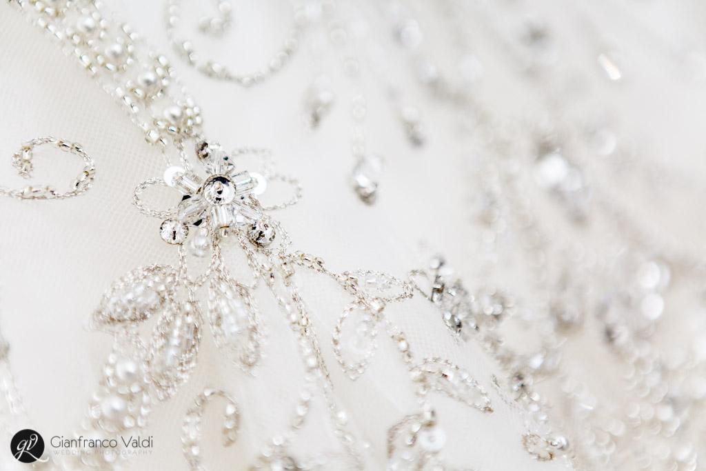 bellissimi ricami sull'abito matrimoniale