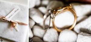 fotografia degli anelli appoggiati sui sassolini