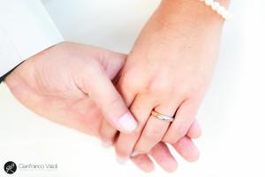 dolcissima fotografia che rappresenta l'unione degli sposi