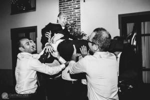 gli amici si divertono a festeggiare il matrimonio del novello sposo