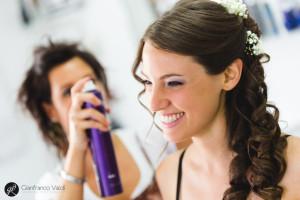 Sposa illuminata da luce flash che si unisce a quella ambiente per una fotografia elegante
