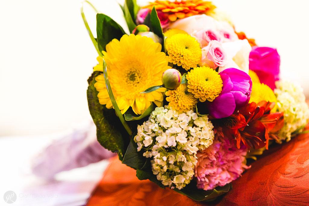 Il bouquet colorato appoggiato sull'altare