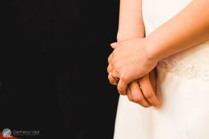 Un dettaglio delle mani sull'abito