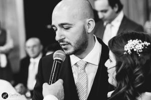 Lo sposo legge la sua promessa