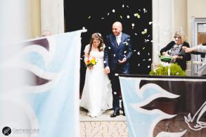 Bandiere, riso e coriandoli accolgono la coppia
