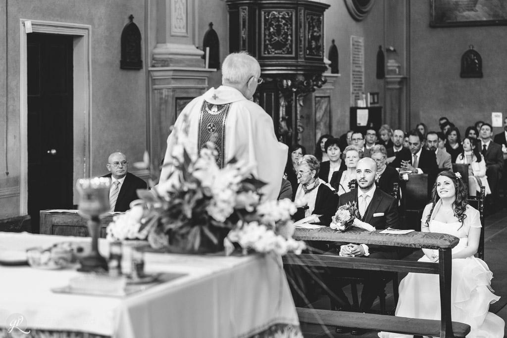 L'orazione del parroco dinanzi ai partecipanti alla messa