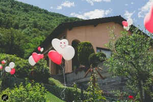 La casa è decorata con palloncini colorati