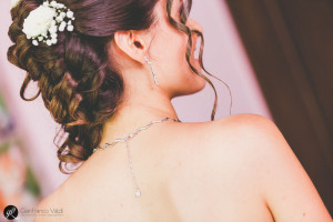 La collana decora la schiena
