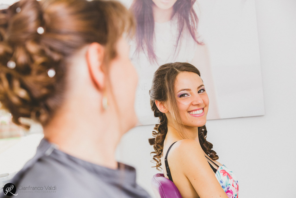 Mamma e figlia si sorridono davanti allo specchio